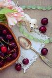 Natura morta di estate con le ciliege delle bacche un cucchiaio d'argento Immagine Stock Libera da Diritti