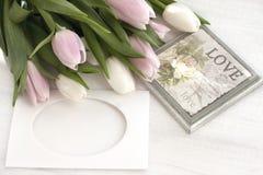 Natura morta di festa con i tulipani Fotografie Stock Libere da Diritti