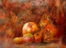 Natura morta di fiaba con i frutti di autunno e dello scoiattolo su fondo astratto Fotografie Stock Libere da Diritti