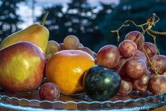 Natura morta di frutta fresca su un piatto fotografie stock