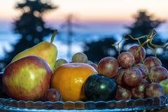 Natura morta di frutta fresca su un piatto fotografia stock libera da diritti