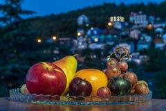 Natura morta di frutta fresca su un piatto fotografie stock libere da diritti