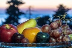 Natura morta di frutta fresca su un piatto immagine stock libera da diritti