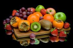 Natura morta di frutta su un fondo nero Fotografie Stock Libere da Diritti