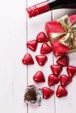 Natura morta di giorno di S. Valentino con il cioccolato ed il vino Fotografia Stock Libera da Diritti