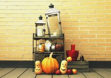 Natura morta di Halloween in una parete fotografia stock libera da diritti