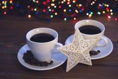 Natura morta di Natale con due tazze di caffè con i piattini Immagini Stock