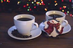 Natura morta di Natale con due tazze di caffè con i piattini Fotografie Stock
