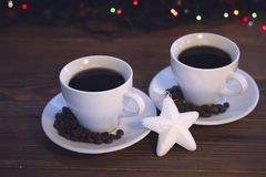 Natura morta di Natale con due tazze di caffè con i piattini Immagine Stock