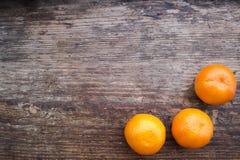 Natura morta di Natale con i mandarini su un bordo di legno Fotografie Stock Libere da Diritti