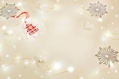 Natura morta di Natale con le luci di festa Mandarini, stelle rosse della decorazione di legno, albero di Natale, fiocchi di neve Fotografie Stock Libere da Diritti