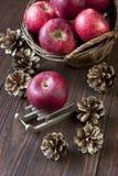 Natura morta di Natale con le mele e le pigne Fotografie Stock
