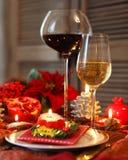 Natura morta di Natale con vino rosso bianco e Fotografia Stock Libera da Diritti