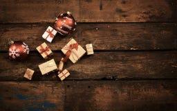 Natura morta di Natale su vecchio legno macchiato rustico Fotografia Stock