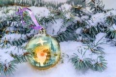 Natura morta di Natale sui regali bianchi dell'albero di Natale, della neve e sulle palle Fotografia Stock Libera da Diritti