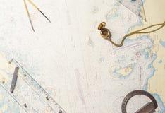 Natura morta di navigazione - attrezzatura dei capitani e una mappa Fotografia Stock Libera da Diritti