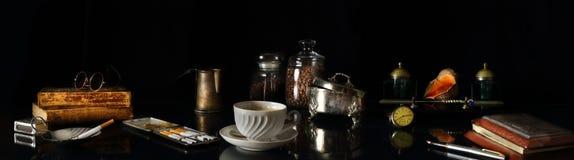 Natura morta di panorama con la tazza di caffè nel retro stile immagine stock