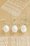 Natura morta di Pasqua con le uova ed i fiori Fotografia Stock
