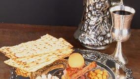 Natura morta di Pesach con il pane ebreo di pesach del matzoh e del vino video d archivio