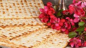 Natura morta di Pesach con il pane ebreo di pesach del matzoh e del vino stock footage