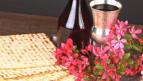 Natura morta di Pesach con il pane ebreo di pesach del matzoh e del vino archivi video