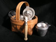 Natura morta di retro utensili della cucina in canestro di vimini fotografia stock libera da diritti