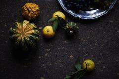 Natura morta di stile di Provencal del pranzo sulla tavola di legno, modello di fiore, verdure stagionali, acini d'uva, zucca, lu Fotografia Stock