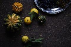 Natura morta di stile di Provencal del pranzo sulla tavola di legno, modello di fiore, verdure stagionali, acini d'uva, zucca, lu Immagini Stock