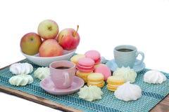 Natura morta di tempo del caffè delle tazze, dei maccheroni, delle caramelle gommosa e molle e del appl Fotografie Stock Libere da Diritti