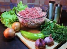 Natura morta di una tazza con le verdure crude e le erbe della carne tritata Fotografie Stock Libere da Diritti
