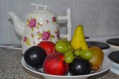 Natura morta di una teiera e di una frutta nella cucina immagine stock