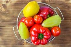 Natura morta di verdure dei peperoni, pomodori, limone in ciotola Immagini Stock Libere da Diritti