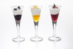 Natura morta di yogurt, delle bacche, della pesca e dell'inceppamento Immagine Stock Libera da Diritti