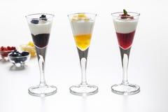 Natura morta di yogurt, delle bacche, della pesca e dell'inceppamento Immagini Stock Libere da Diritti