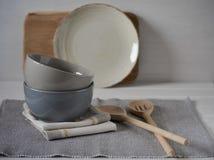 Natura morta domestica semplice della cucina su un fondo delle pareti luminose su una tavola di legno Stile country Fotografie Stock