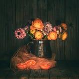 Natura morta lunatica con i fiori variopinti in una brocca immagine stock libera da diritti