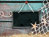 Natura morta marina con un bordo del segno dell'ardesia in bianco Fotografia Stock Libera da Diritti