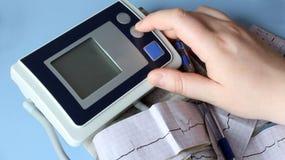 Natura morta medica con informazioni pazienti di salute, cardiogramma, cuore Fotografia Stock Libera da Diritti