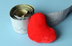 Natura morta medica con informazioni pazienti di salute, cardiogramma, cuore Immagine Stock