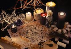 Natura morta mistica con il disegno del demone e le candele nere Immagine Stock