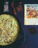 Natura morta orientale con la torta, le spezie e la pagina casalinghe del libro d'annata dall'Asia Fotografia Stock Libera da Diritti