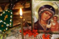 Natura morta ortodossa religiosa con la candela bruciante e l'icona Fotografie Stock