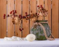 Natura morta provinciale di Pasqua con l'uovo sui precedenti di legno Fotografie Stock