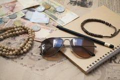 Natura morta retro di viaggio con la mappa, occhiali da sole, soldi, monete, b immagini stock libere da diritti