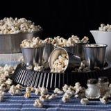 Natura morta scura con popcorn Fotografia Stock