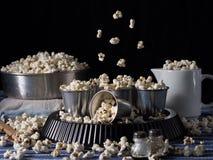 Natura morta scura con popcorn Immagini Stock