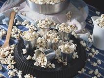 Natura morta scura con popcorn Fotografia Stock Libera da Diritti