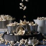 Natura morta scura con popcorn nel moto Fotografia Stock Libera da Diritti