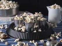 Natura morta scura con popcorn per un partito Immagini Stock