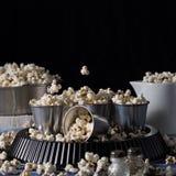 Natura morta scura quadrata con popcorn Fotografia Stock